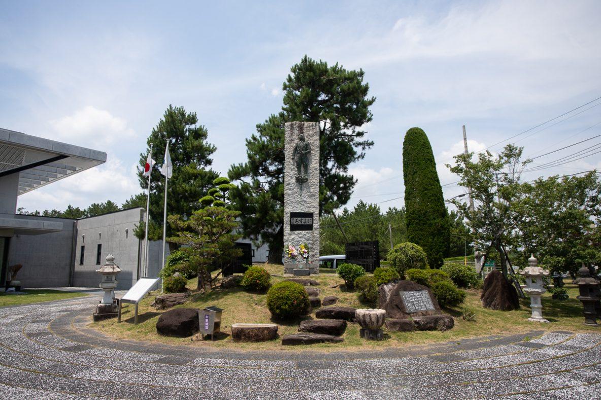 ▲1972(昭和47)年に建立された慰霊碑。万世の地名にちなみ、さらに「よろずよに語り継がん」の意志を込めて「よろずよに」と刻まれています