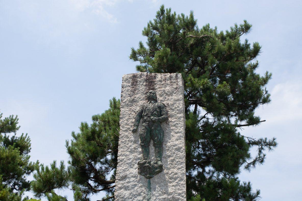 ▲慰霊碑に掘られた特攻隊員。全国各地から南の鹿児島に来た彼らは、故郷のある南東の方角を向いています